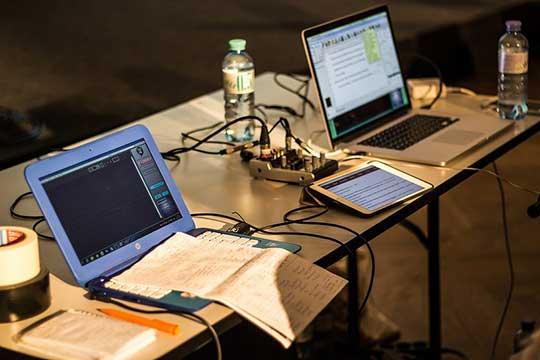 installation de mon site internet : deux ordinateurs et une tablette pour une réflexion optimale.