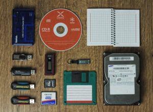 Différents modes de sauvegardes : CD, disque dur, clé USB, carte mémoire, disquette, dictaphone, papier...
